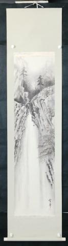 kw106s106【日本回流】原裝舊裱 日本山水畫家 雪華 紙本手繪《山林幽瀑圖》一軸(紙本手繪,手繪紙本立軸,畫芯尺寸:129*33cm,鈐?。貉┤A?。? onerror=