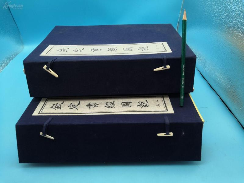 """In 1997, Tianjin Ancient Books Publishing House's original large-scale shadow-line edition, """"Kingding Book Classics"""" is a rare lithograph in books compiled by the Inner Government of the Qing Dynasty. The original second letter contains 16 volumes, 32 cm * 22 cm * 14 cm. The book draws a total of 570 pictures, including 448 articles. The painter mostly hires Jiangnan painters. The painters are fine, and the pavilions and figures of the people are clear, beautiful and vivid, supplemented by words, which are smooth and easy to understand. Introducing Confucian classics in the form of text and pictures"""