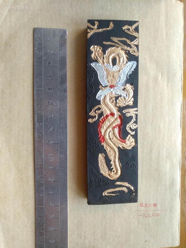 九十年代的胡开文四两大块油烟墨(如图用过几次)重约120克,原包装是十锭一盒,没有单独包装。书画皆宜。多拍邮资合并一公斤以内一个价格。