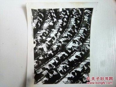 六届人大会议上代表们认真听取江泽民同志报告