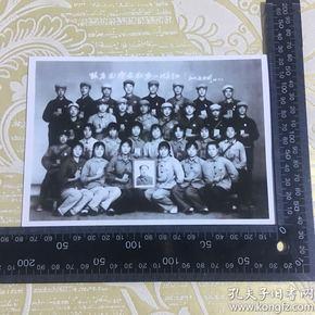 老照片【跟着毛泽东世界一片红】翻拍。