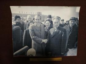 【前美國總統、中國人民的老朋友 尼克松親筆簽名】簽于1972年訪華時與周總理握手大照片上 珍貴!尺寸31*40厘米