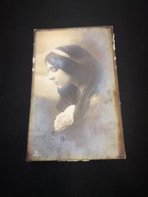 古典美女明信片一枚  大約80-100年前的,姑娘,你的眼里是一旺湖水? 還是一片大海?