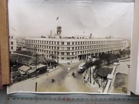 """紅色收藏:黑白老照片 二戰日本《上海海軍特別陸戰隊駐址》一大張!上海日本海軍特別陸戰隊司令部舊址在上海四川北路、黃渡路口、東江灣路1號有一座黃褐色的城堡式建筑,那就是日本海軍特別陸戰隊司令部舊址,也是抗日戰爭勝利前日本侵略軍在上海的大本營。抗戰期間,它是日本侵略軍在滬的大本營。1932年""""一.二八""""戰爭、1937年""""八.一三""""戰爭,日本軍國主義者是在此發動和挑起。尺寸:26.5厘米*20.5厘米"""