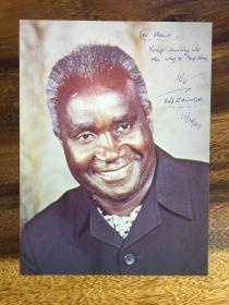 贊比亞國父、政治家、外交家、教育家、非洲民族解放運動的元老和非洲社會主義嘗試的代表人物之一,中國人民的老朋友肯尼思·戴維·卡翁達(Kenneth David Kaunda)簽名照片一件,字多難得。尺寸:20*15cm,簽于1997年。