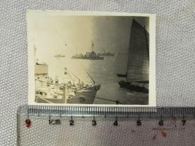 紅色收藏:黑白老照片 民國 《日軍軍艦 艦隊 長江上 行進  民船》一張!尺寸:5.8厘米*4.5厘米