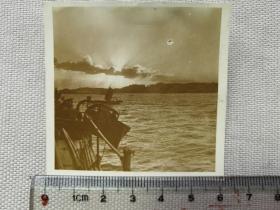 紅色收藏:黑白老照片 民國 《日軍軍艦 長江上 行進  民船》一張!尺寸:6.1厘米*6厘米