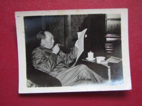 文革照片:毛主席看報紙