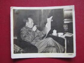 文革照片:毛主席看報