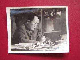 文革照片:毛主席在寫書法.