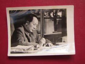 文革照片:毛主席在寫書法