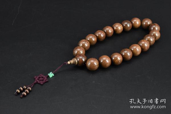 (乙4888)大珠《金丝檀车挂》一串 周长约为:38cm 。单颗直径:2.5CM 重:180g  金丝檀具有安神的效果 阳光下看带有比较细微的金丝