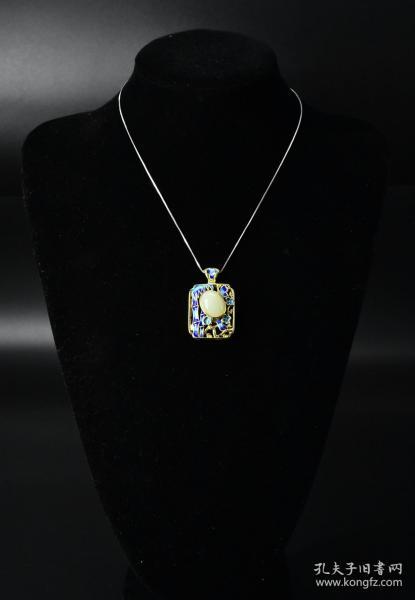 (V5482)《和田玉烧蓝纯银项链》一条 镶嵌在925银饰上 权威机构鉴定配证书 不对称款 玉石尺寸:16.8*13.8*6.2毫米 总重量9.88克 和田玉在世界上久负盛名,被誉为东方艺术,是中华民族文化宝库中的珍贵遗产和艺术瑰宝