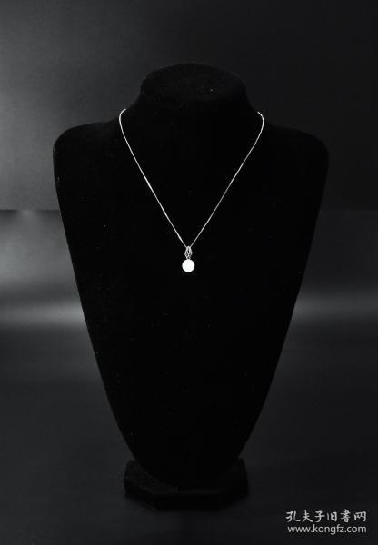 (V3726)《和田玉项链》一条 权威机构鉴定配证书 玉石尺寸:9.5毫米 总重量1.77克 和田玉在世界上久负盛名,被誉为东方艺术,是中华民族文化宝库中的珍贵遗产和艺术瑰宝