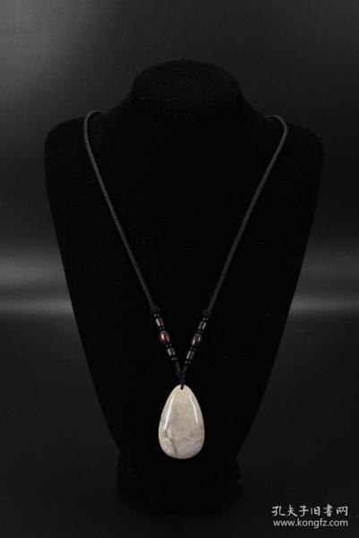 """(乙5203)《菊花石毛衣链》一条 水滴形菊花石 菊花石尺寸:5.4*3.4*1cm,项链周长约:66cm 总重量:克 菊花石是经历数亿年的地壳运动、地热煎熬、高温高压才能形成的化石玉,被誉为""""有机宝石。"""
