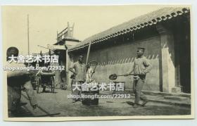 民國時期老北京街道胡同,廣興號車圈行,人力車,有潑水凈街的穿制服的人員,當時公共衛生機構劃歸巡警部管轄,公共的衛生清潔工作也是警察的業務之一,銀鹽老照片一張