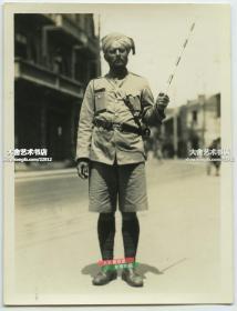 民國上海街頭指揮交通的印度巡捕警察老照片