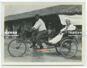 民國上海人力三輪車和乘車的外國水兵游客老照片