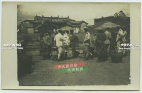 """民國早期大約1920年代左右云南的街道建筑和當時駐軍軍官士兵在小攤購物,可見墻壁上書""""滇省萬X(永?)祥""""的字樣,泛銀。"""