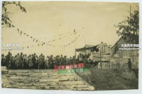 民國1930-1940年代日軍侵華時期舉行的占領儀式,懸掛有漢奸汪偽政府旗幟,滿洲國旗幟和日本旗子,有可能是江蘇一帶汪偽控制地區。墻上貼有儀式典禮順序告示。泛銀
