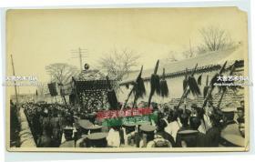 民國1916年北洋政府在北京為中華民國大總統袁世凱軍版國葬,袁由軍隊護送的大型靈柩,原版歷史老照片。