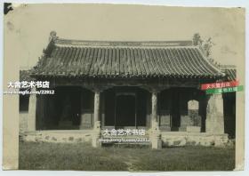 民國1946年10月河北秦皇島北戴河海灘,海軍軍營中的佛教寺院,其正面對著的地方是訓練場院和軍營庭院,老照片泛銀