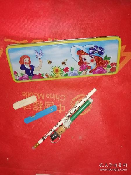 一组怀旧学生必备用品,一个老铅笔盒一个铅笔,一个橡皮一个小刀一个彩笔