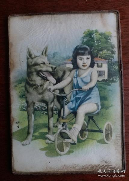 民国彩绘玻璃镜画,民国著名月份牌画家金梅生彩绘女孩和狗狗图座镜玻璃画。一面是女孩和爱犬玻璃彩画,另一面是水银镜上面美女头像。金梅生(1902一1989),民国著名月份牌画家,解放后任中国美术家协会理事。