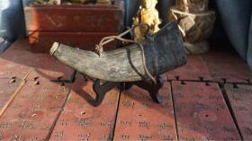 老牛角火药桶 品相完好 尺寸如图 里面还残留着火药 以前猎人上山打猎用的牛角包浆好 爆老z