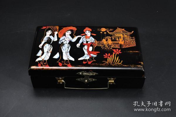 (乙7521)《日本传统工艺漆器》1件 日本首饰盒 盒盖嵌螺钿制作人物图案 造形精美独特 尺寸:19.5*11.5*5.2cm 公元前二百多年中国的漆艺就开始流传到日本,由于地理环境相似,日本也组织起了漆器生产,形成了日本独特的漆器风格。