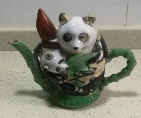 早期熊猫图案瓷器水滴壶摆件