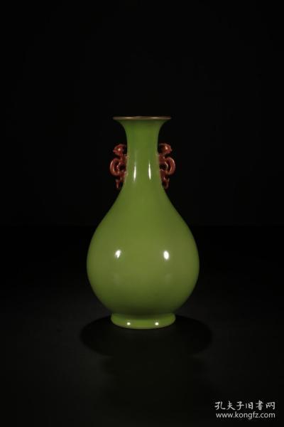 苹果绿釉描金双耳赏瓶