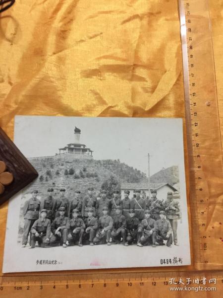 老照片:文革 参观井冈山纪念 军人合影 配枪  1974年 尺寸详见图片 保真包老