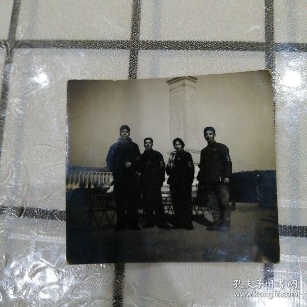 四红卫兵人民英雄纪念碑留影