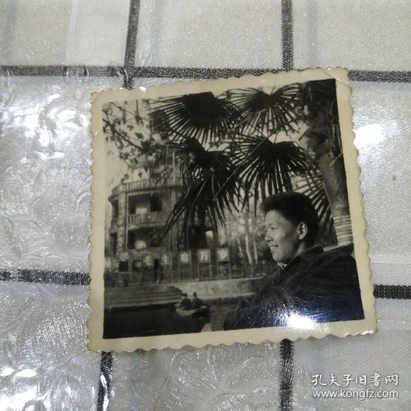 男子河边留影(毛主席万岁牌)