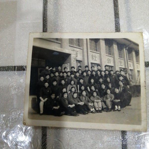 大学生合影照片(第三教室,校徽)