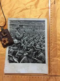 老照片:文革 万人手持红宝书  尺寸详见图片 保真包老