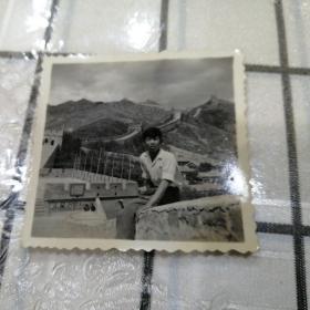 男子长城照片(人民万岁标语)