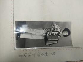 60年代美女拉手风琴照片