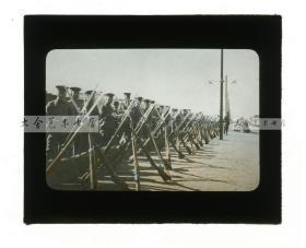 清代民国玻璃幻灯片--1911年辛亥革命湖北汉口武昌起义,武昌城火车站月台上集结的大批士兵,刺刀上膛,架设起警戒线