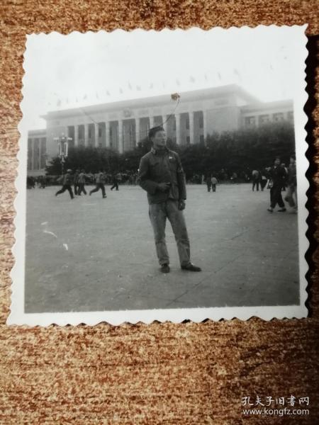 老照片:带袖章,拿语录人民大会堂留影