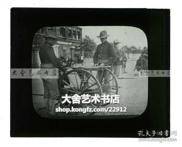 清代民国玻璃幻灯片--1911年辛亥革命湖北汉口武昌起义,汉口美国领事馆前美军士兵架设起新式小型火炮,防止交战双方进入美军领地,注意有玻璃裂痕