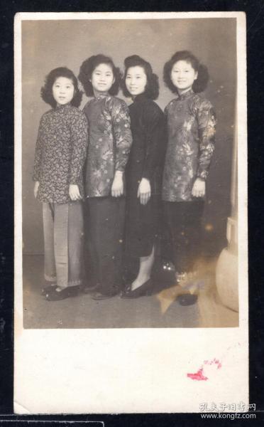 民国年代美女合影老照片1张(尺寸约5.2*9厘米)mm16
