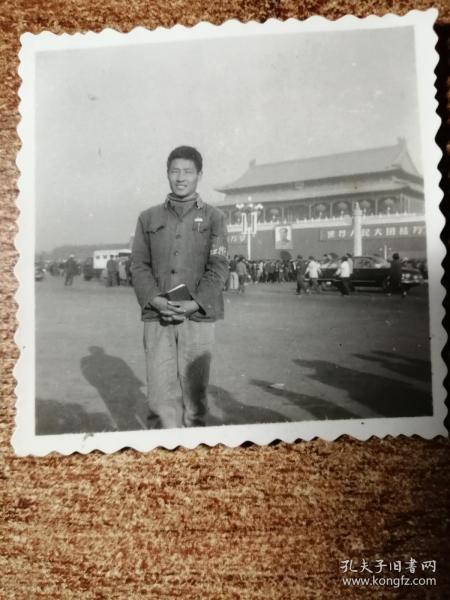 老照片:带袖章,拿语录天安门留影