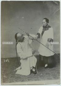 清代小脚金莲女子棒打薄情郎照相馆艺术造型老照片,13.9X9.8厘米