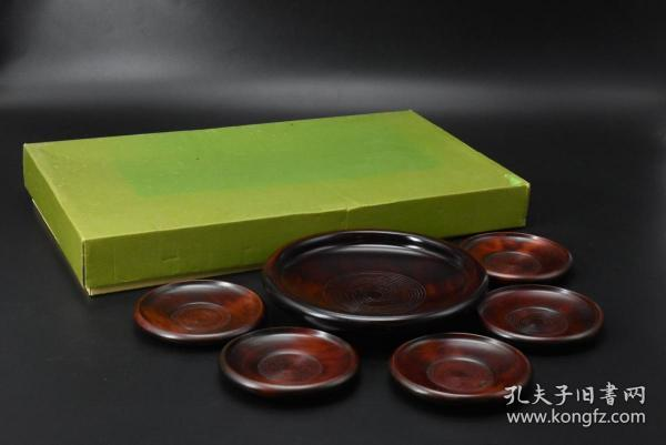 """(P5373) """"Japanese Traditional Craft Lacquerware"""" set of six original boxes including: one tea tray, five tea ceremony cup holders, wooden lacquer lacquer, thick traditional shape tea tray diameter: 20cm, height: 3cm, saucer diameter: 11cm, height : 1.4cm Chinese lacquer art began to spread to Japan more than 200 BC. Due to the similar geographical environment, Japan also organized the production of lacquerware, forming a unique Japanese lacquerware style."""