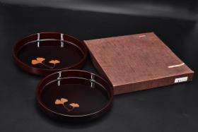 """(B 8264) """"Japanese Traditional Craft Lacquerware"""", original box, original bag, two pieces of lacquer pan, pill tray, resin lacquer, chengmei lacquer pan, ginkgo leaf pattern plate diameter: 24cm, 26.7cm, height: 3.2cm, 3.5cm AD China's lacquer art began to spread to Japan for more than 200 years. Due to the similar geographical environment, Japan also organized the production of lacquerware."""
