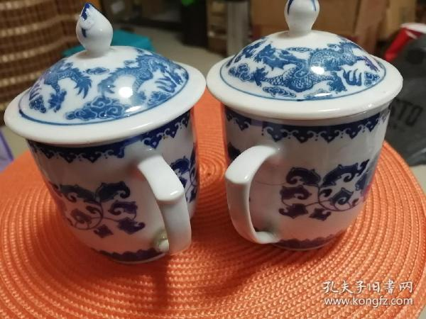 A pair of blue and white porcelain tea cups)