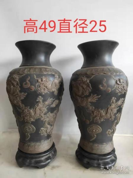 A pair of purple sand vases in the Qing Dynasty with bases, set with high relief two dragon play beads.