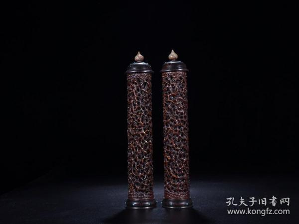A pair of bamboo carving incense sticks. The size is 29.5cm in height and 5.9cm in diameter. The total weight is 289g. Brief introduction: The texture is delicate. The rosewood base has a cap with inlaid turquoise embellishment. The top of the cap is inlaid with shoushan stone. It is like a lotus flower waiting to bloom. The body is made of bamboo carving.